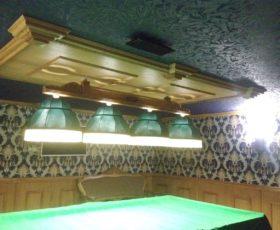 Декоративные элементы на потолке изготовлены из дуба