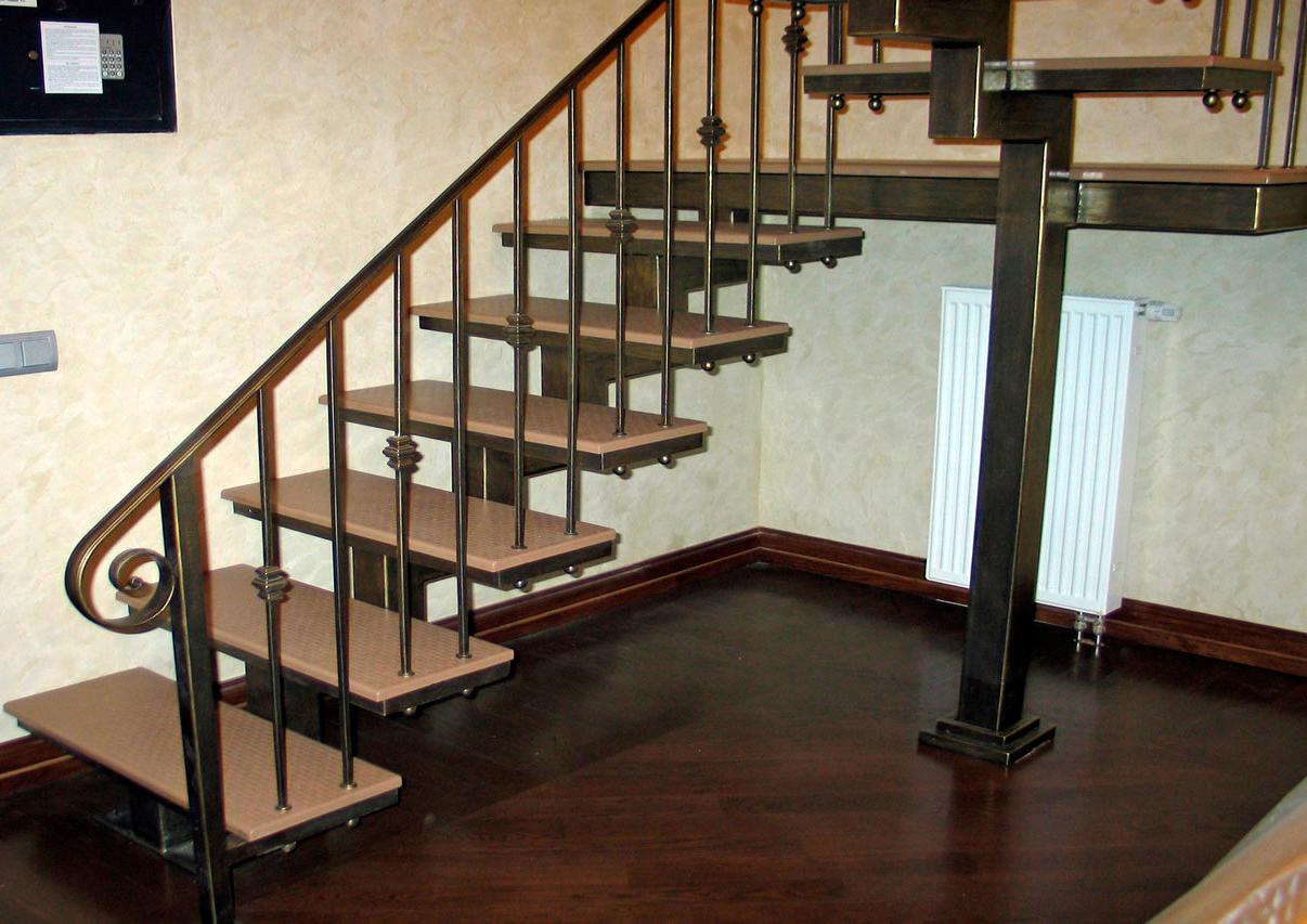 Какая лестница дешевле – металлическая или деревянная
