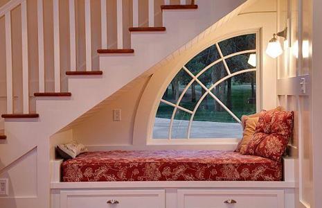 Как использовать пространство под лестницей – интересные идеи