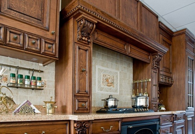 Деревянные кухонные фасады: комфорт и стиль